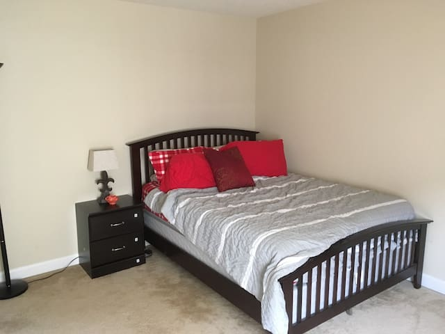 Comfortable Private Bedroom 15 mins from Downtown - Indianapolis - House