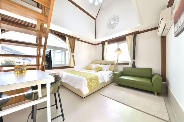 아늑한 다락방 침실과 1층의 바다전망 거실이 있는 복층형 402호(복층) 객실