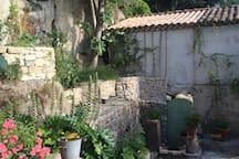 le jardin n'est visible que de la maison donc calme et serenite garanties!!!