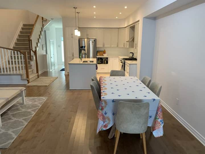 KANATA LUXURIOUS TOWNHOUSE FOR WEEKLY,MONTHLY STAY
