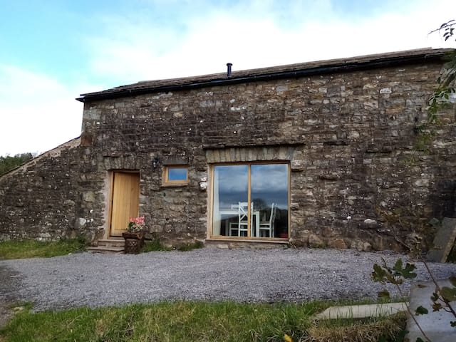 Rural getaway  with a view – Old Spout Barn