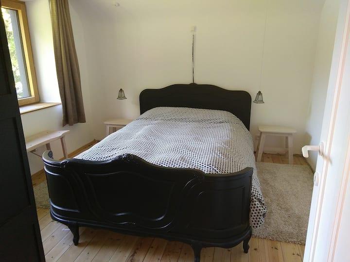 La chambre de la macrale et sa salle d'eau privée