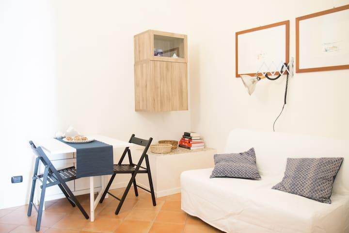 Soggiorno/sala da pranzo con tavolo estendibile per 6 posti e comodissimo divano letto 2 posti