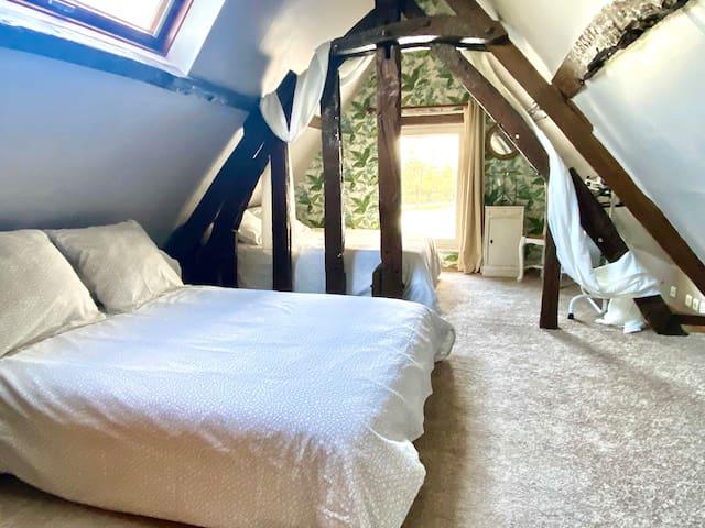 La seconde chambre avec 2 lits double séparé par un joli colombage typique des maisons Normande. Un voilage permet de créer un peu plus d'intimité. Possibilité d'ajouter un lit parapluie pour bébé sur demande.