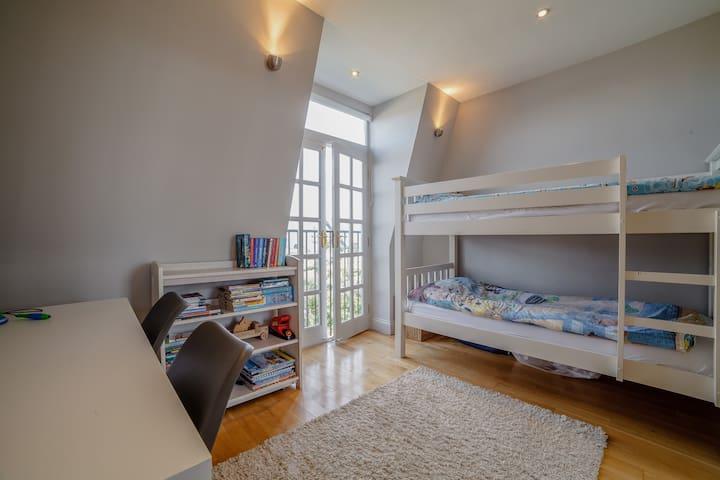 Bedroom 5 (2 singles)