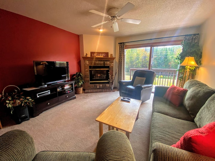 SC4: Ski Slope Views! Bretton Woods 2-bed 2-bath condo with easy access to Mt Washington, Skiing, Conway, and the white mountains! PROFESSIONALLY MANAGED!