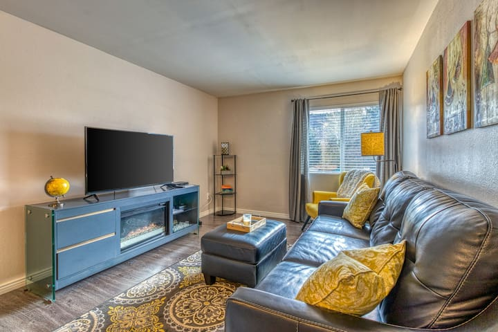 Contemporary, top-floor condo - close to town, hiking, & skiing