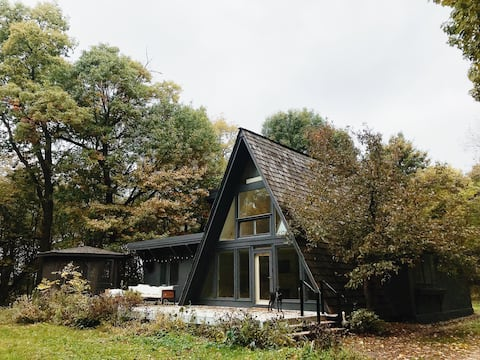 GREY CLOUD HOUSE // WOODED AFRAME NEAR THE CITY