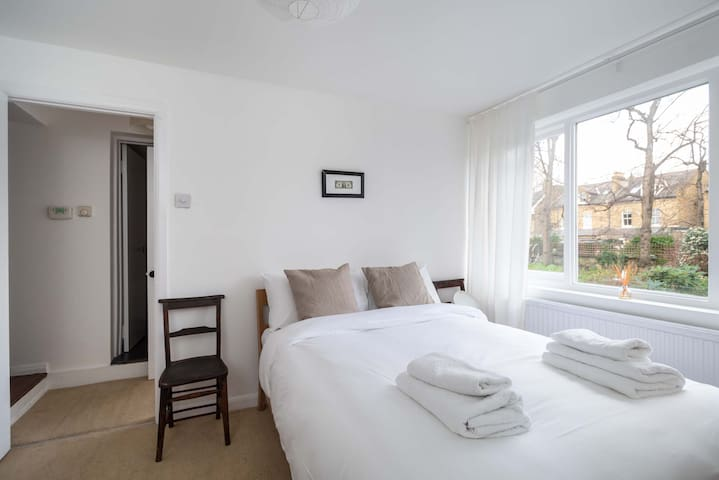 Lovely 2BR Home in South London, 4 guests