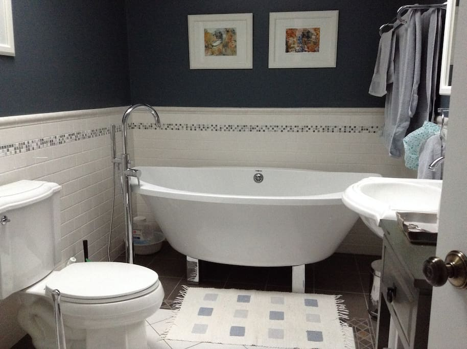 vibrant danforth broadview area bed and breakfasts for rent in toronto ontario canada. Black Bedroom Furniture Sets. Home Design Ideas
