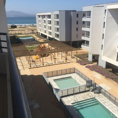 Vista Terraza, piscina, juegos infantiles y mar