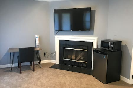 Private Cozy Basement Suite (Minutes from IAD)