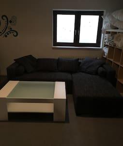 Modernes Kellerzimmer, viel Platz - Unterhaching