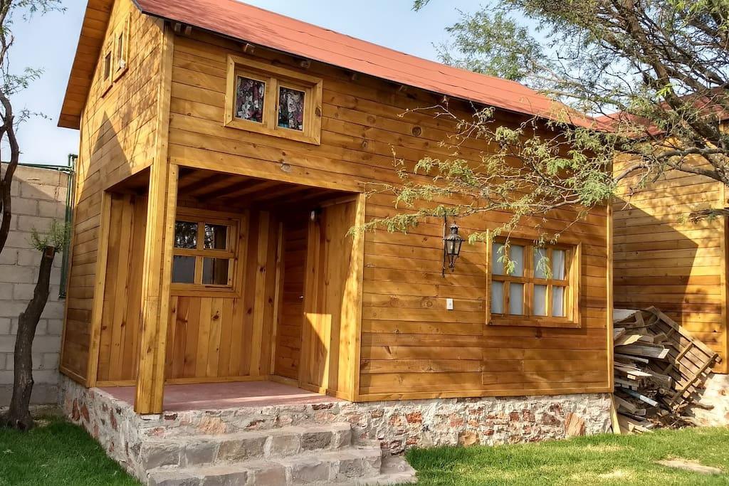 Confortables cabañas de madera y piedra. Sensación de calidez.