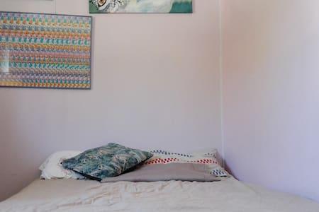 Relaxing double bed room! - Urangan - Huis