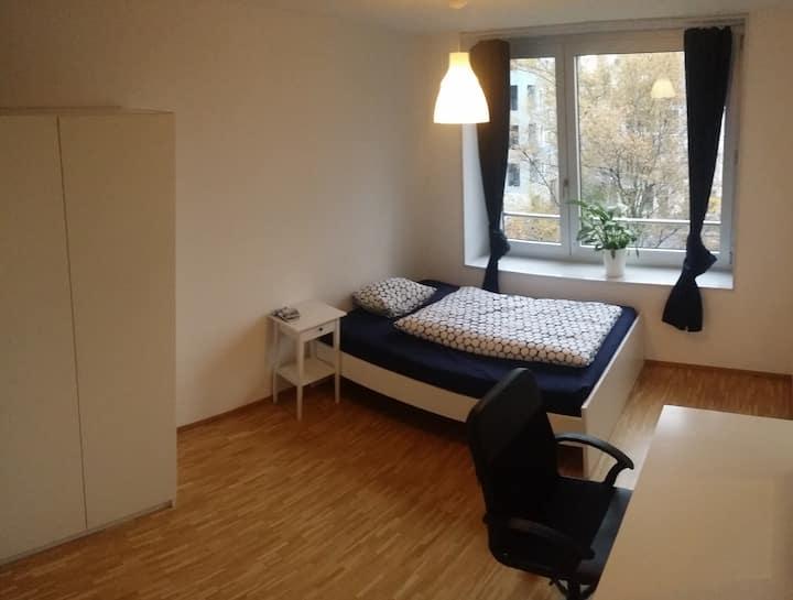 helles Zimmer in angenehmer 3er WG, top Anbindung