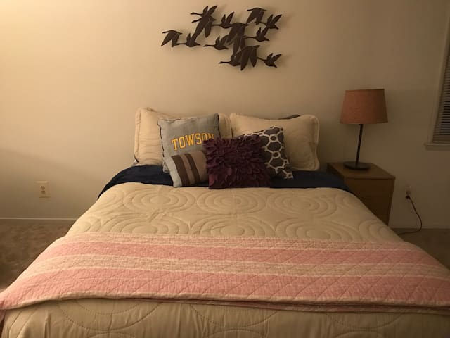 Queen bedroom in convenient Towson location! - Towson - Flat