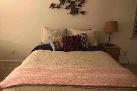 Queen bedroom in convenient Towson location! - Towson - Lejlighed
