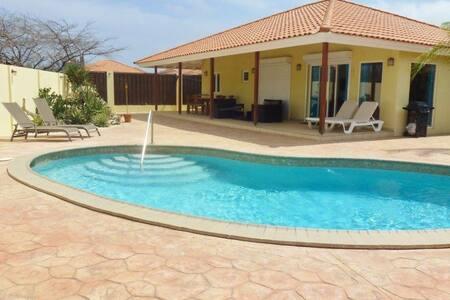 Modanza Villa 10 min drive to the beaches - Oranjestad