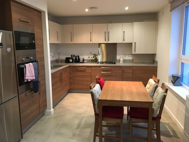 Stylish Modern Flat with Parking - Glasgow - Apartament