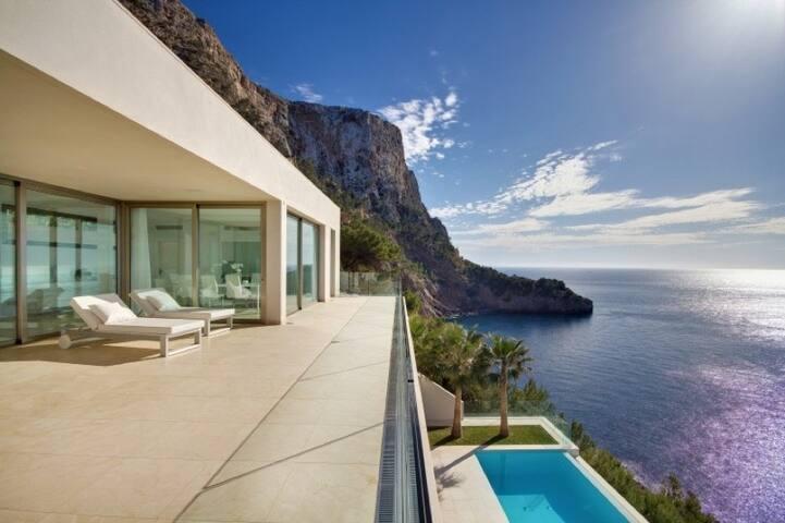 Lichtdurchflutete Designer Villa in erster Linie