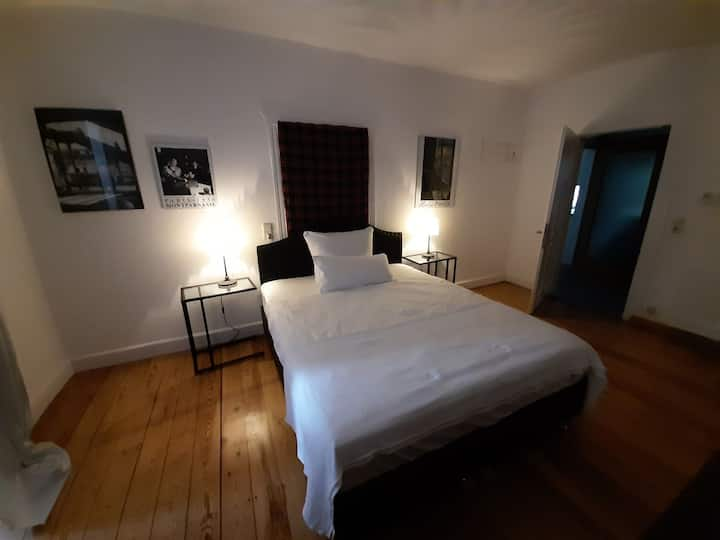 Schönes großes Zimmer in riesiger Altbauwohnung 5
