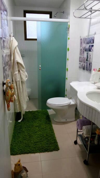 Banheiro individual para o hóspede com aquecimento a gás.