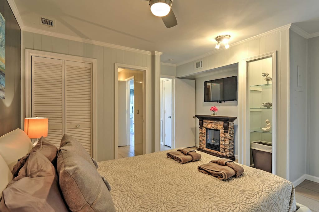 Perfect for a romantic getaway, this pristine condo comfortably sleeps 2.