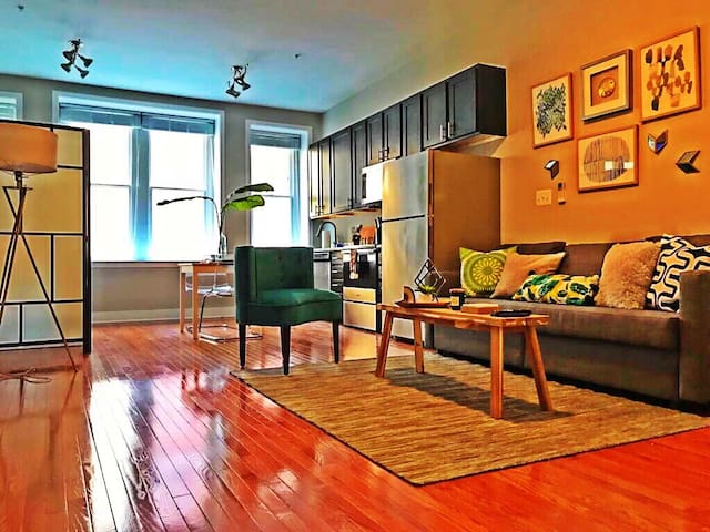 Chic downtown studio! 2 min walk to Inner Harbor!!