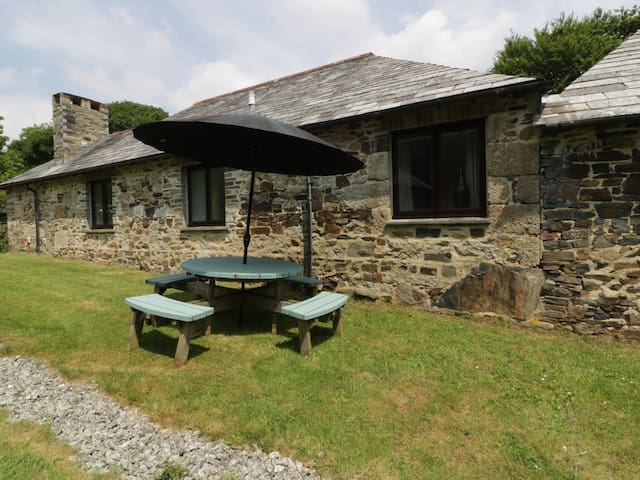 BYRE, pet friendly, with hot tub in Lostwithiel, Ref 960171