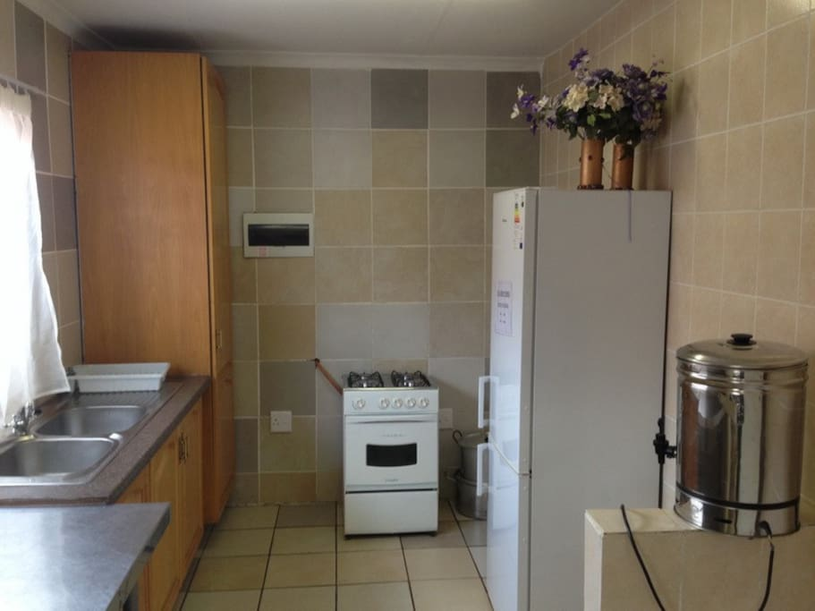 Lovely compact kitchen for guests' use...