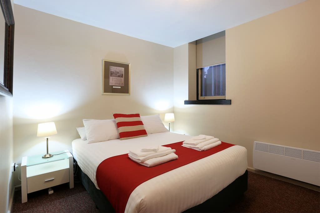 Macquarie house queen room 3 serviced apartments for for Best private dining rooms hobart