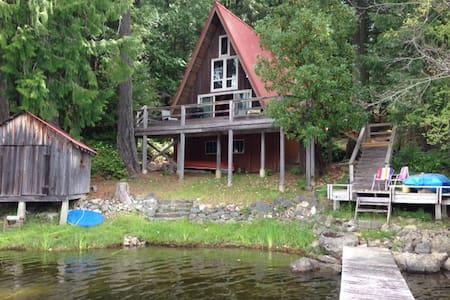 South Shawnigan Lake a-frame cottage - Shawnigan Lake - Kulübe