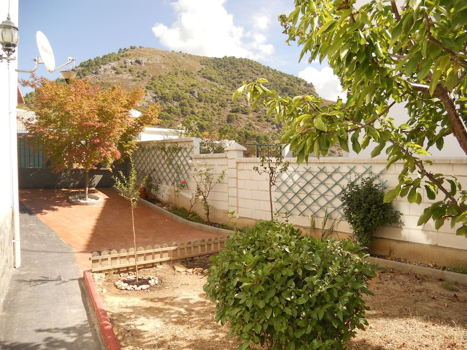 El jardín. Al fondo, la Sierra de la Alfaguara.