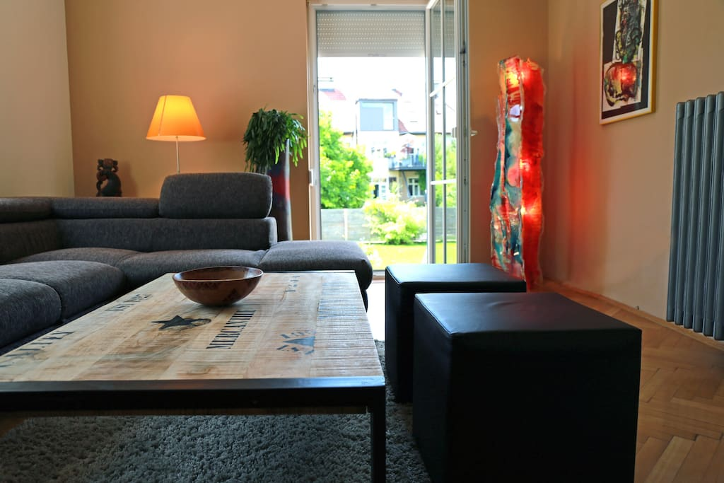 Wohnzimmer mit Schlafcouch / Living room with sofa bed
