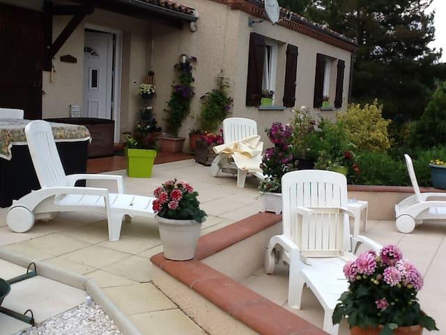 Chambres privées dans jolie maison avec piscine. - Bon-Encontre - House