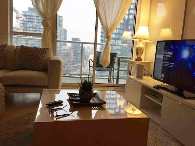 Upper floor Condo near CN TOWER + parking+Netflix