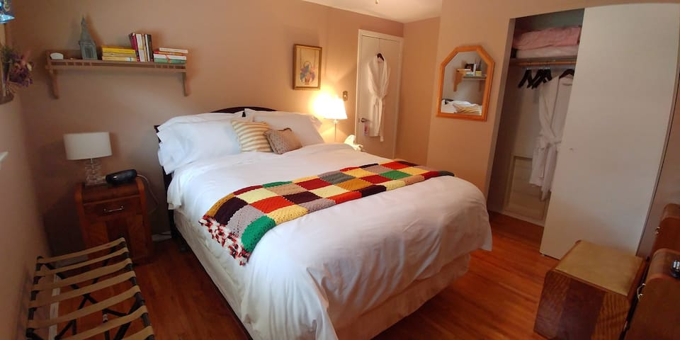 COZY ROOM  with queen bed in quiet Oshawa beaches