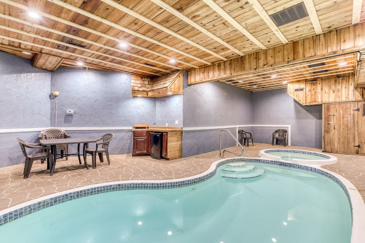 Beautiful wooded cabin with indoor private pool, hot tub, theater, & game room