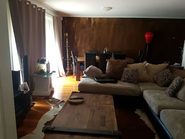 Rooms to share in a furnished House - Delahey - Appartement