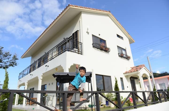 美しい海、竹富島、西表島を一望できる高台にある宿です。