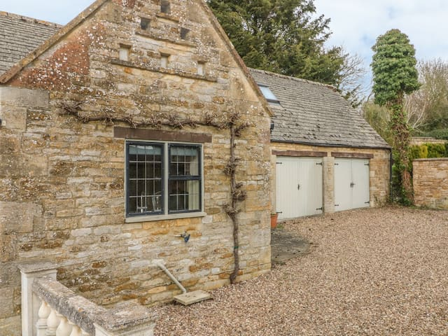 THE COURT YARD COTTAGE in Bourton-On-The-Water, Ref 988782