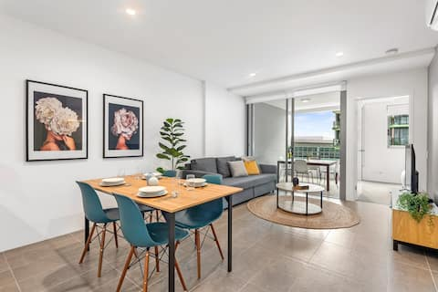 Modern, Central & Stylish South Bank Apartment