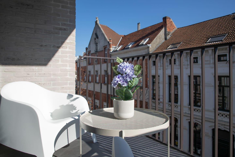 Exterior/ Balcony