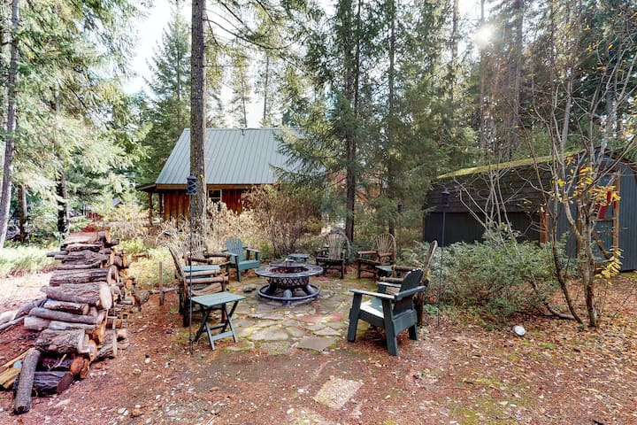 Family-friendly cabin with full kitchen & outdoor firepit!