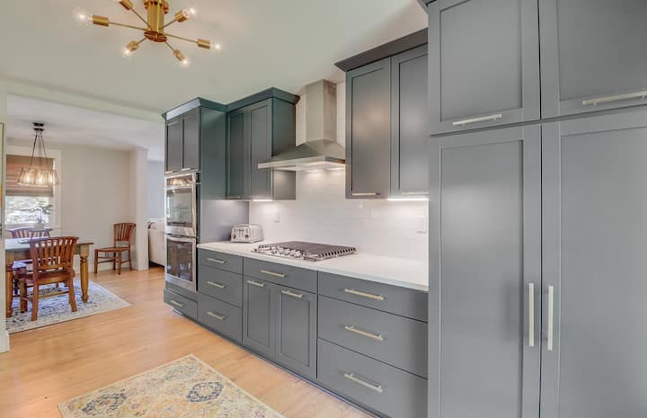 Darling Home 3.5 Miles from Downtown Charleston