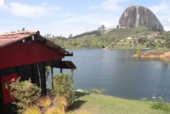 Marina Navegar cabaña Roja pareja borde de represa