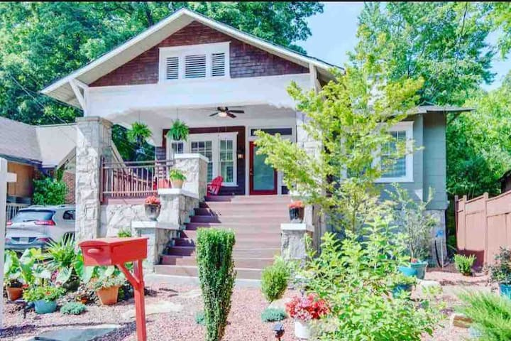 Beautiful Stay Steps from Downtown and Airport!