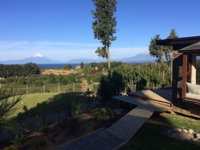 Cabaña vista al lago y volcanes, cerca de playa
