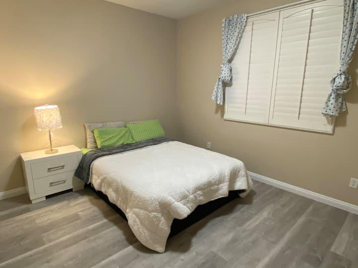OC高档社区大单间,家具装修全新,超级干净整洁安全